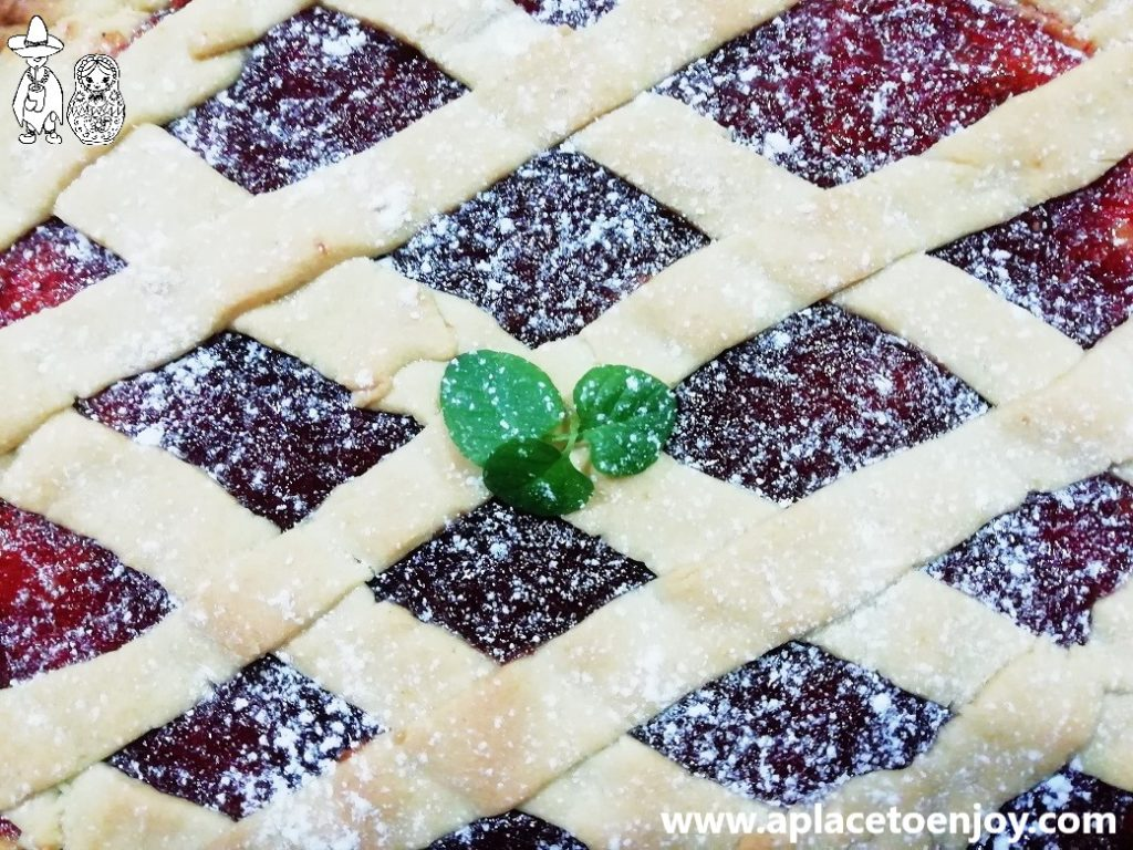 Паста фрола, украшенная сахарной пудрой и свежей мятой